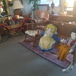 The Antique Village - San Marcos, CA, États-Unis. Old bicycle and a pair of rag dolls