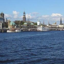 Hamburg von der Elbfähre gesehen