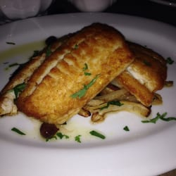 Chez Nous - Charleston, SC, États-Unis. Pan seared flounder with fennel and olives tossed in a lemon sauce