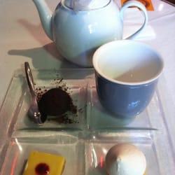 Any'teas - Bordeaux, France. Assortiment de gourmandises avec un thé au choix 7€90 : tarte au citron meringuée, fondant au chocolat, et mousse.