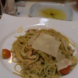 Spaghetti mit Huhn, dahinter Maccheroni…