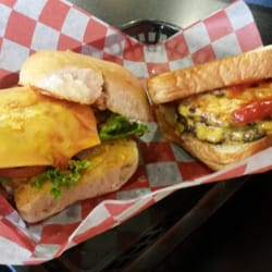 Wholly Cow Burgers, Rings & Things - The whole burger on toast  and half burger on a roll. - Abilene, TX, Vereinigte Staaten
