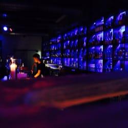 Leuchtende Wand voll Drinks für die…