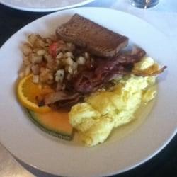 Avenue 805 - Richmond, VA, États-Unis. Eggs anyway, potatoes, beer toast, fruit. $6
