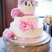 Floral Design Studio - Cake is from an outside vendor but it was basically a plain cake, Nona then added the flowers to the cake itself on the fly! - Fremont, CA, Vereinigte Staaten