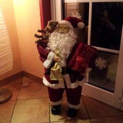 Der Weihnachtsmann schaut zu.