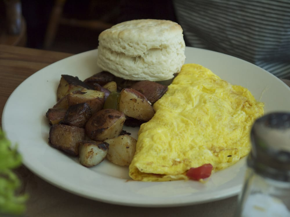 Hominy Grill - Charleston, SC, États-Unis. omelette with homestyle fries & biscuit