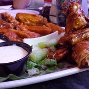 "Next Door Pub - Lake Geneva, WI, États-Unis. teriyaki and ""one-alarm"" wings"