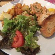 La Menthe - Lyon, France. Tartare de saumon et pommes sautées