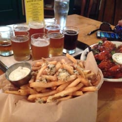 Walking Man Brewing - Stevenson, WA, États-Unis. Garlic fries, flight, chicken wings