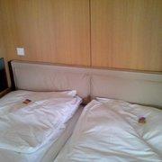 Bett im Doppelzimmer mit schnurlosem…