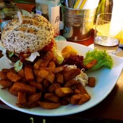 Burger mit Auguste-Pommes   aufgenommen…