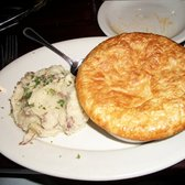 Rockwood Tap House - Downers Grove, IL, États-Unis. Garlic mashed potatoes with chicken pot pie.
