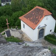 modernes Kreuz am Fuß des Berges