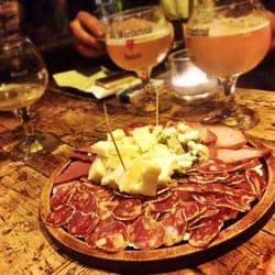 L'Art Brut Bistrot - Paris, France. Planche charcuterie et fromage et bières Sixtus