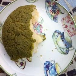 Angebissenes Grüne Tee Brötchen