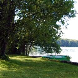 Zwei Ruderboote stehen am Ufer für…
