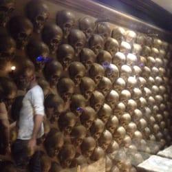"""Glam Rock - Marseille, France. Mur de crânes.. et un inconnu """"réverbéré"""""""