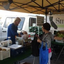 Ocean Beach Farmers Market - San Diego, CA, États-Unis. This guy is awesome! Best nuts and fresh fruit at the market!