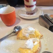 Any'teas - Bordeaux, France. On n'a pas pu résister : tartelette au citron meringuée et tiramisu framboise.