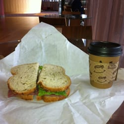 777 Cafe - Bellevue, WA, États-Unis. Pastrami sandwich and 12oz chai latte at 777
