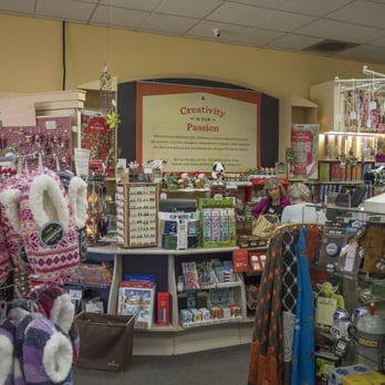 Stephanie's Hallmark Shop - San Luis Obispo, CA, États-Unis. The front counter and the helpful staff.