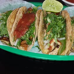 Mi Casa Restaurant - Wheaton, IL, États-Unis. My 4 Taco order: 2 Al Pastor (one with salsa) Pollo, and Bistec.