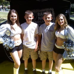 Iron Horse Nutrition - Pleasanton, CA, États-Unis. Nick and Jake rockin' their Iron Horse t-shirts with a couple of Raider cheerleaders!