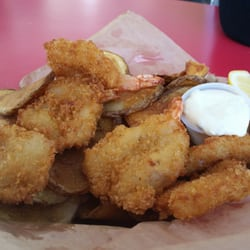Portland Saturday Market - Portland, OR, États-Unis. Shrimp and chips for lunch!
