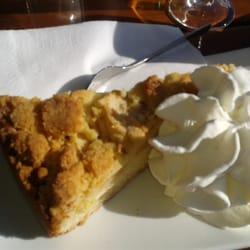 Lecker Apfelkuchen mit Sahne - köstlich!