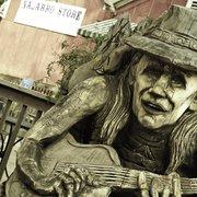 Navarro General Store - Navarro, CA, États-Unis. Johnny Winter - redwood carving @ the navarro store