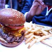 The Sunburnt Calf - Hamburger with The Lot - New York, NY, Vereinigte Staaten