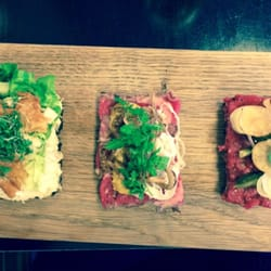 Aamanns Etablissement - Copenhague, Danemark. 3 traditionel open sandwiches: Chicken salad, Tatare of beef, grilled sirloin with chunky remoulade! Yum