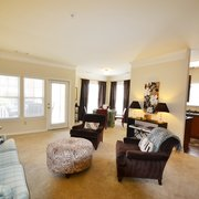 Providence Park Apartments - Myers II,1288 sq. ft.-living room-9 ft ceilings, crown molding,faux plantation blinds-dining room surrounded by 2 huge windows - Charlotte, NC, Vereinigte Staaten