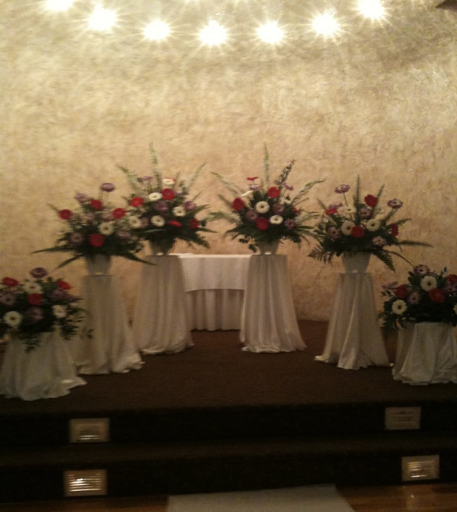 Wedding At The Altar: Wedding Flowers: Wedding Flowers At The Alter