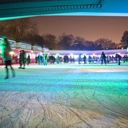 Eisbahn mit grüner Illumination.