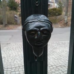 Knauf am Eingangstor der Villa
