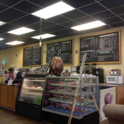 Bear Towne Java - Counter with pastries. - New Bern, NC, Vereinigte Staaten