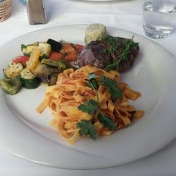 Rindsfilet mit Gemüse und Tagliatelle.