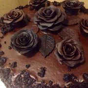 Naidre's Cafe & Bakery - Decadent Brooklyn Blackout Cake, with handmade chocolate roses - Brooklyn, NY, Vereinigte Staaten