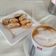 Mike's Ristorante - Aug 2013: Biscotti & cappuccino to finish - Norwalk, CT, Vereinigte Staaten