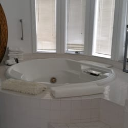 """The Columbia Inn at Peralynna - Columbia, MD, États-Unis. Bathroom in the C suite. That's """"just"""" the tub..."""