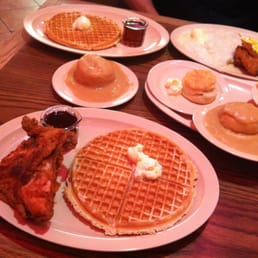 Roscoe's House of Chicken & Waffles - Los Angeles, CA, États-Unis. chicken & waffles, biscuits & gravy, grits & chicken, Mac n cheese