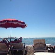 Le restaurant avec sa plage privée.. Un…