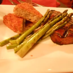 Prhyme Steakhouse & Seafood - New York, NY, États-Unis. Ribeye with grilled asparagus and portabello risotto cakes