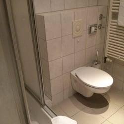 Badezimmer mit Ablageflächen