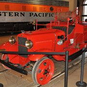 California State Railroad Museum - A model-A fire truck designed to ride on the rails.   (it has no steering wheel!) - Sacramento, CA, Vereinigte Staaten