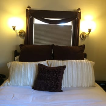 Amber house bed breakfast hotels midtown for Well decorated bedroom