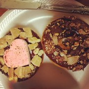 Jarams Donuts - Dallas, TX, États-Unis. Valentines s'more donut and ferraro rocher donut