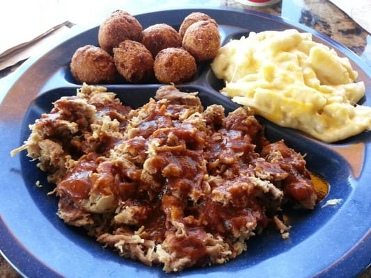 Blue Rock BBQ - Pulled pork plate with hush puppies and mac and cheese - San Jose, CA, Vereinigte Staaten